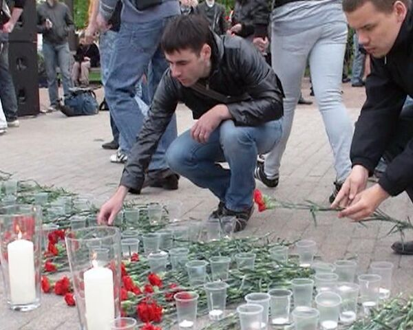 В память о жертвах терактов в метро на Лубянке зажгли 40 свечей