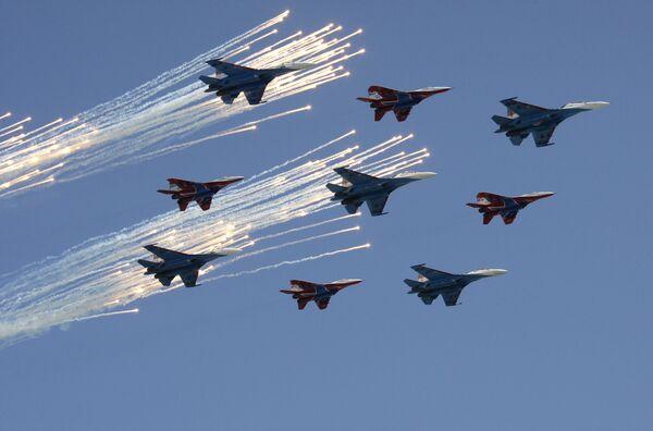 Истребители Су-27 пилотажной группы Русские витязи и МиГ-29 пилотажной группы Стрижи. Архив