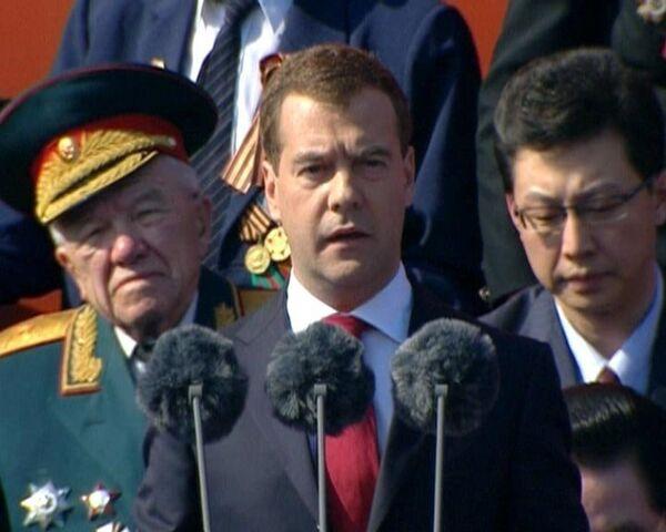 Дмитрий Медведев поздравил ветеранов на параде Победы