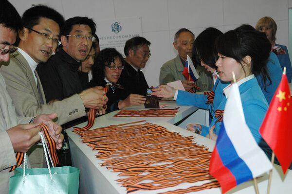 Почти 10 тысяч георгиевских ленточек раздали в павильоне России на ЭКСПО-2010 в Шанхае