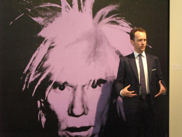 Автопортрет Уорхола представляет глава департамента современного искусства Тобиас Майер.