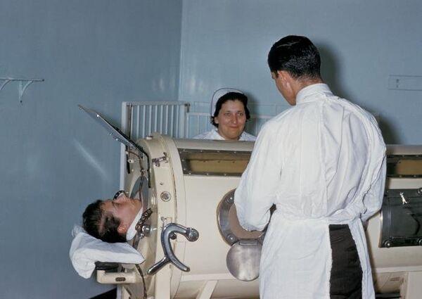 Лечение больного полиомиелитом