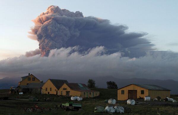Облако пепла от исландского вулкана Эйяфьятлайокудль