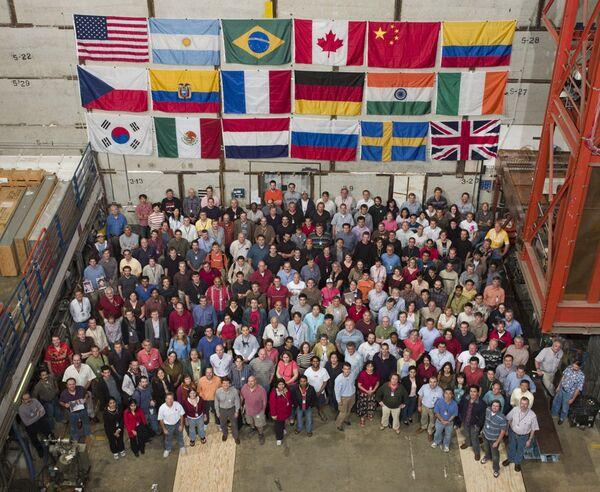 Ученые из коллаборации D0, участвовавшие в эксперименте на коллайдере Тэвотрон