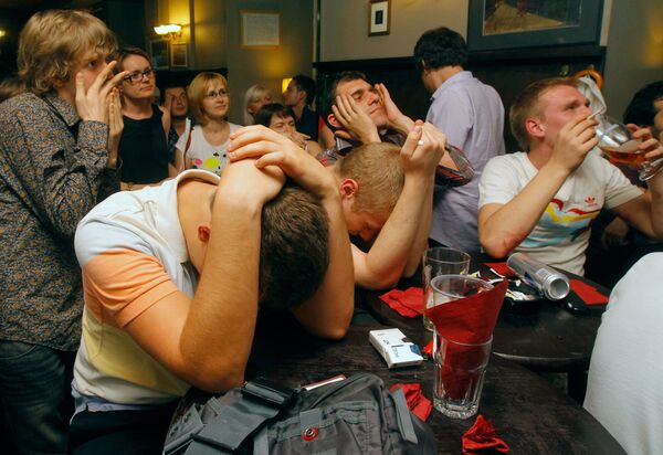Москвичи болеют за сборную России по хоккею в пивном ресторане Джон Донн Паб на Никитском бульваре