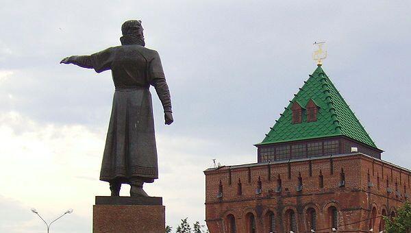 Нижний Новгород, памятник Кузьме Минину и Дмитриевская башня Кремля. Архив