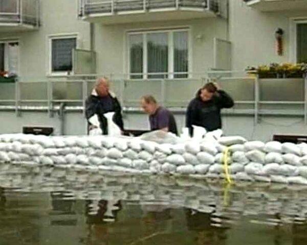 Жители Германии укрепляют дамбы песком в ожидании наводнения