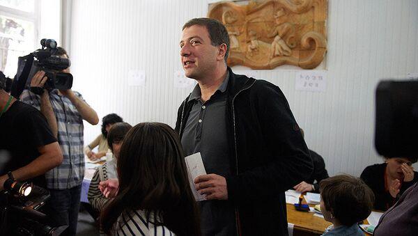 Гиги Угулава принимает участие в голосовании