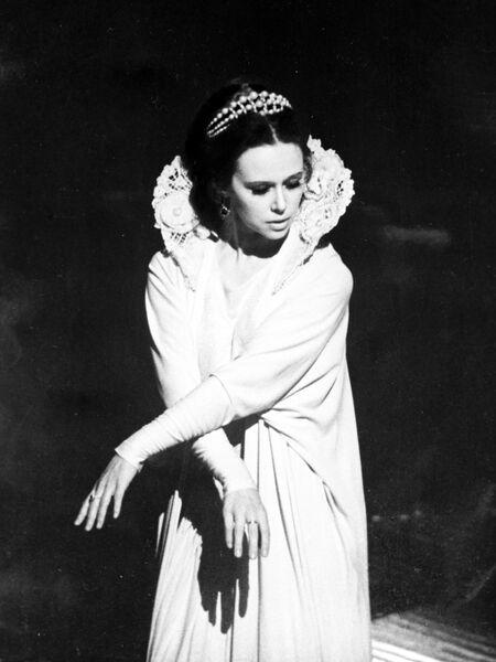 Евгения Симонова в сцене из спектакля Да здравствует королева, виват