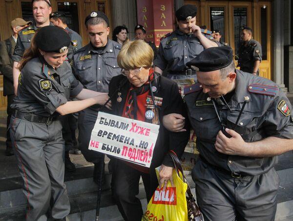Сотрудники правоохранительных органов задерживают участника акции в защиту 31-й статьи Конституции, которая прошла на Триумфальной площади в Москве.