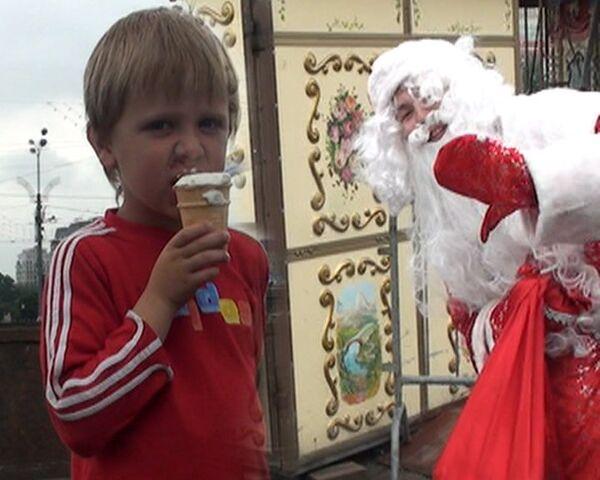 Веселый Дед Мороз раздавал детям мороженое в центре Москвы