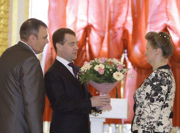 Президент РФ Д.Медведев вручил ордена восьми многодетным парам