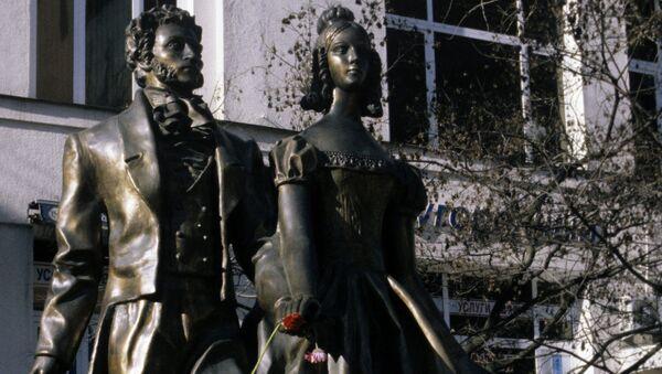 Скульптурная композиция Александр Пушкин и Наталья Гончарова на Арбате. Архивное фото