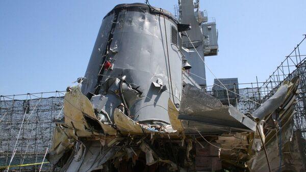 Эксклюзивные фотографии поврежденного корпуса сторожевого корабля Чхонан, сделанные журналистом РИА Новости на военно-морской базе Пхёнтхэк в Южной Корее