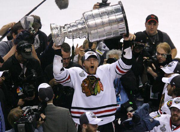 Клуб Чикаго Блэкхокс стал обладателем Кубка Стэнли в Национальной хоккейной лиге (НХЛ)