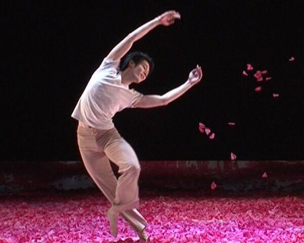 Впечатленный Вишневым садом хореограф утопил танцоров в цветах