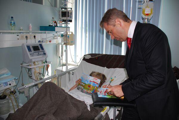 Павел Астахов навестил в больнице девочку, на которую напал леопард