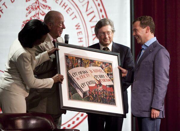 Экс-госсекретари США Райс и Шульц подарили Медведеву советский плакат