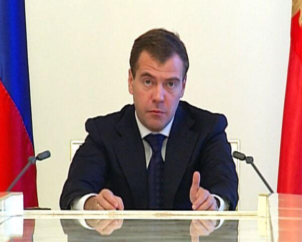 Медведев поручил сократить количество чиновников на 20%