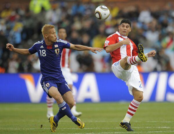 Игровой момент матча Парагвай - Япония