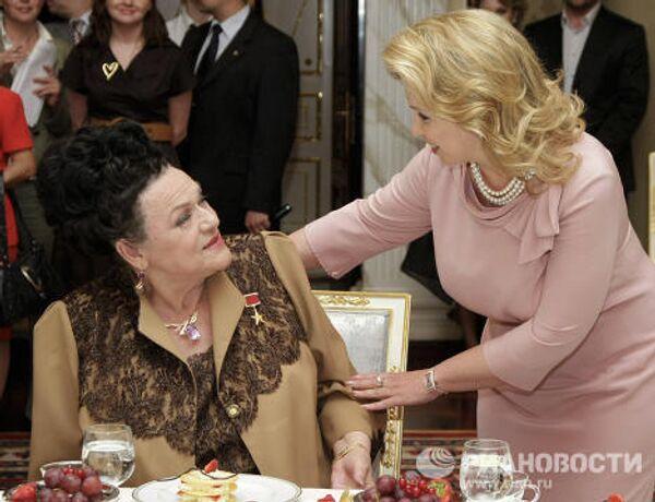 Супруга президента РФ Светлана Медведева организовала встречу по случаю юбилея народной артистки Людмилы Зыкиной