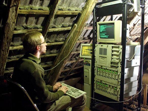 Человек за компьютером.