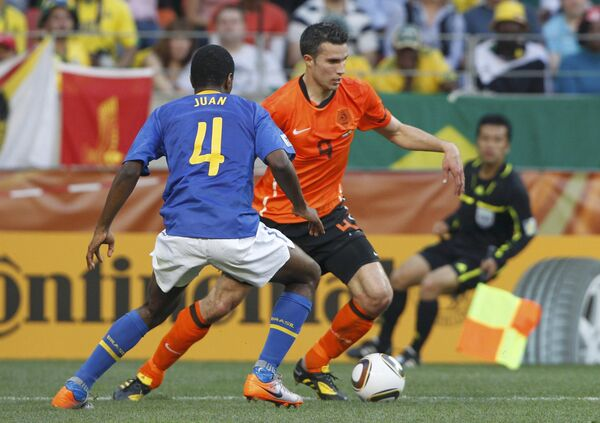 Форвард сборной Голландии по футболу Робин ван Перси (справа) в матче против бразильцев на ЧМ