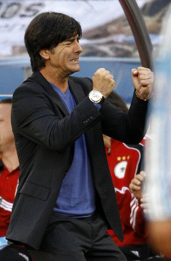 Главный тренер сборной Германии по футболу Йоахим Лев во время матча против аргентинцев на ЧМ в ЮАР