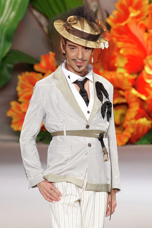 Дизайнер Джон Гальяно на показе своей коллекции для дома Christian Dior на неделе моды в Париже