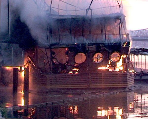 Пожар на плавучем ресторане в Москве. Видео с места ЧП