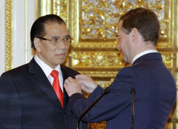Дмитрий Медведев вручил Нонг Дык Маню медаль Пушкина