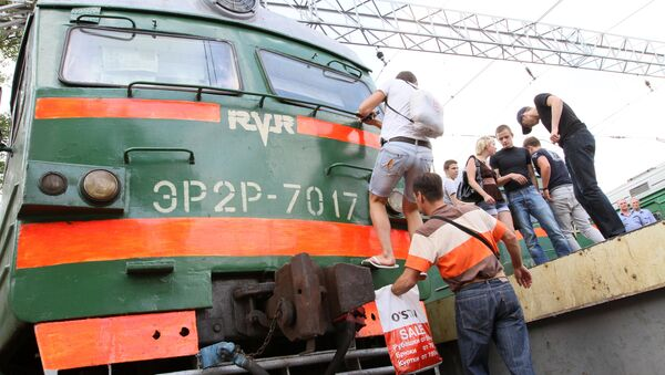 Пассажиры на платформе Курского вокзала. Архив