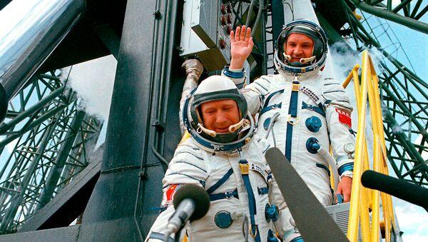 Космонавты А.Леонов и В.Кубасов перед стартом