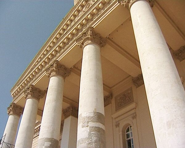 Реставраторы лечат колонны Большого театра от отложения солей