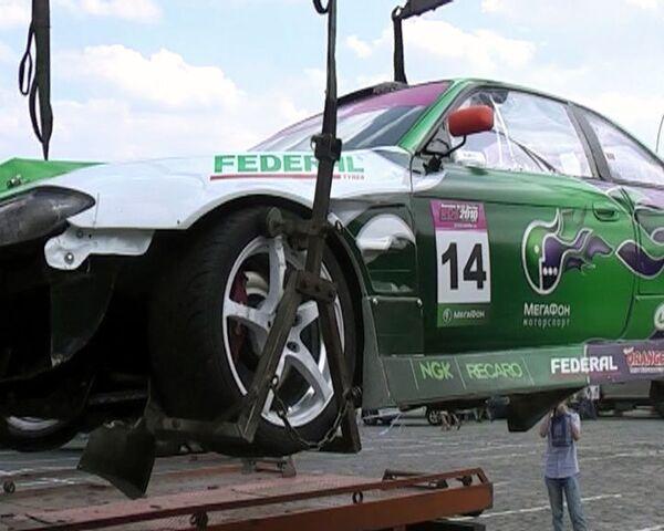 Разбившийся  Nissan X200 увезли с трассы Формулы 1 на эвакуаторе