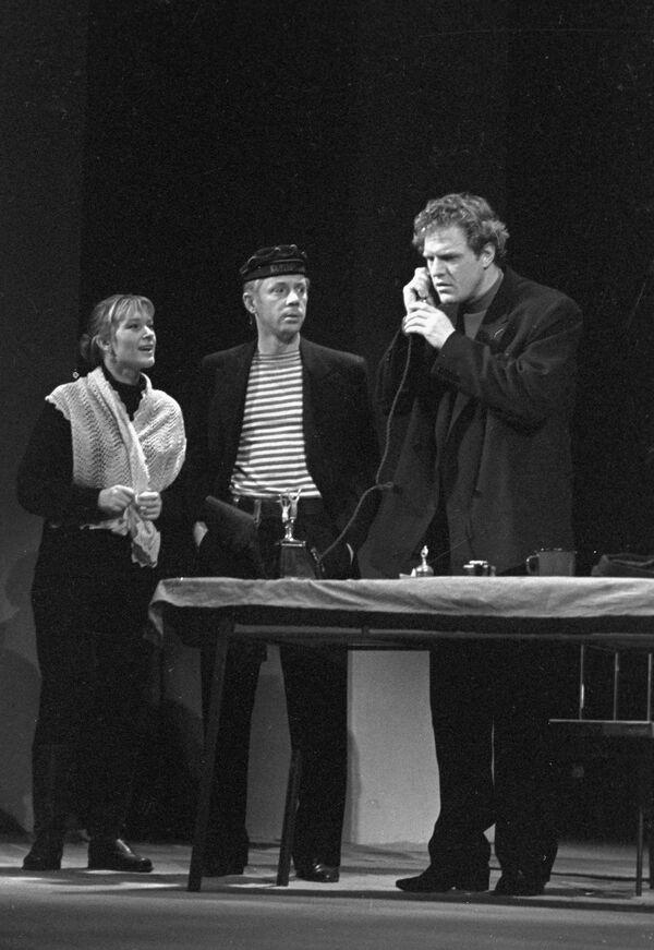 В. Талызина, О. Анофриев и Л. Марков в спектакле Шторм