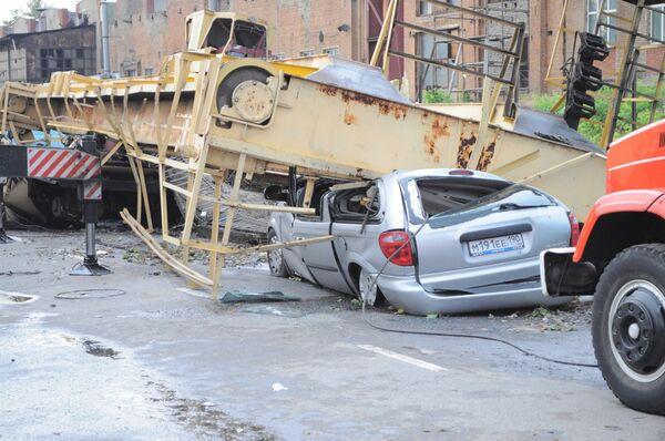Ураган, который пронёсся по востоку Москвы не обошёлся без разрушений. На улице Золотая, сильным порывом ветра снесло башенный кран.