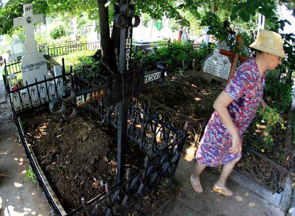 Могила супруги Николае Чаушеску Елены, где началась эксгумация ее тела