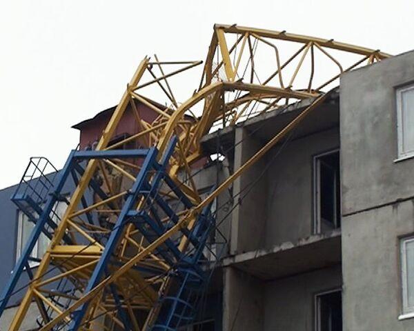 Строительный кран рухнул на дом от сильного ветра