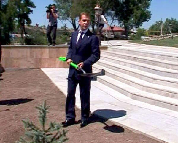 Во время госвизита в Армению Медведева заставили поработать лопатой