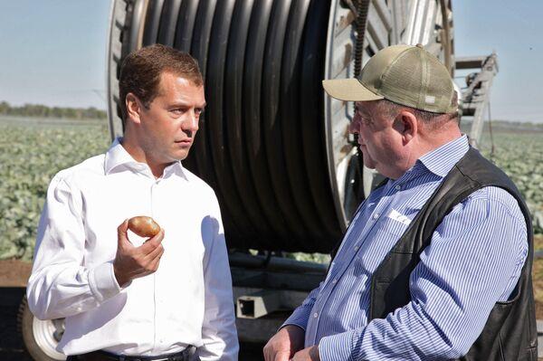 Президент РФ Д.Медведев и директор агрофирмы Промышленная Виктор Голодников