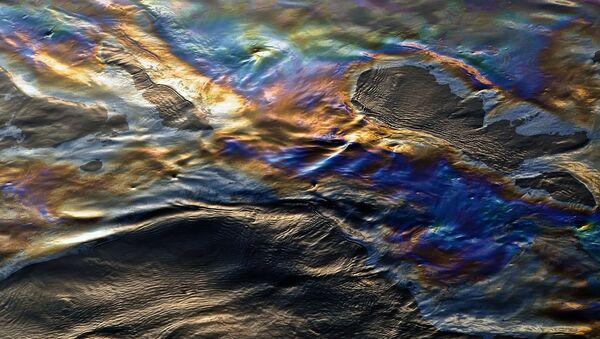 Нефтяная пленка на воде. Архивное фото