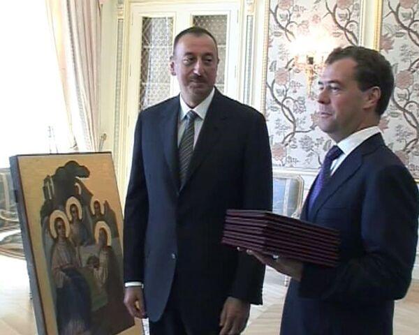 Медведев получил в Азербайджане иконы и степень почетного доктора