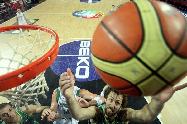 Игровой момент матча Чемпионата мира по баскетболу между сборными Словении и австралии
