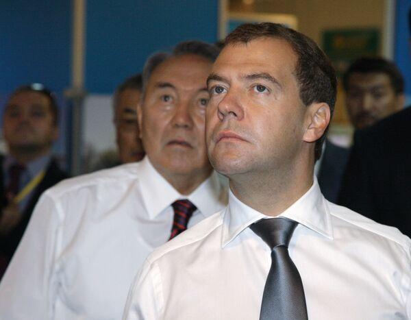 Президент РФ Дмитрий Медведев (на первом плане) и президент Казахстана Нурсултан Назарбаев (на втором плане) перед началом российско-казахстанского Форума межрегионального сотрудничества посетили российско-казахстанскую выставку инновационных технологий