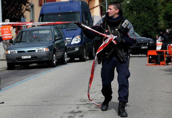Операция швейцарских полицейских по нейтрализации пожилого гражданина, который забаррикадировался в своем доме в городе Биль (кантон Берн)
