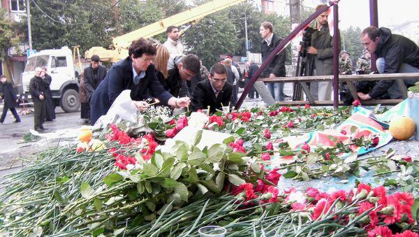 Цветы и свечи на месте взрыва во Владикавказе, 10 сентября 2010 года