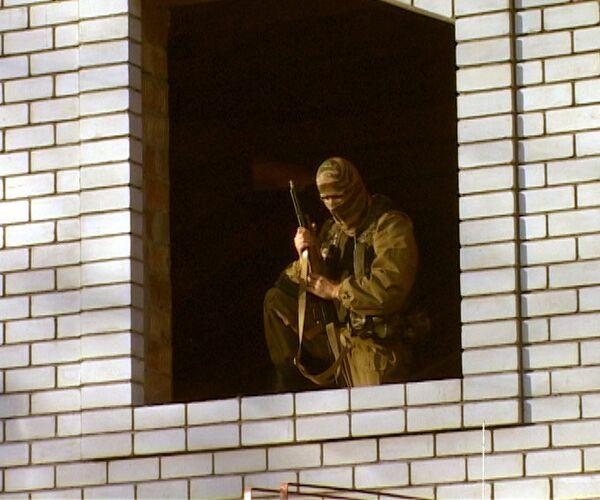 Сотрудник правоохранительных органов во время спецоперации в Махачкале.