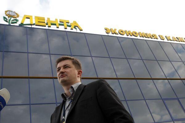 Сергей Ющенко у центрального офиса ООО Лента в Санкт-Петербурге