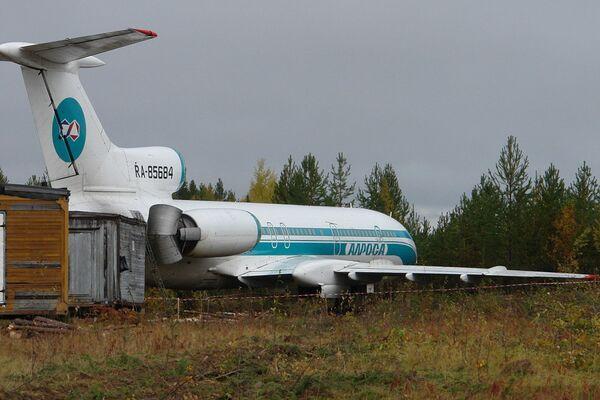 Аварийный самолет Ту-154после экстренной посадки на аэродроме в Коми
